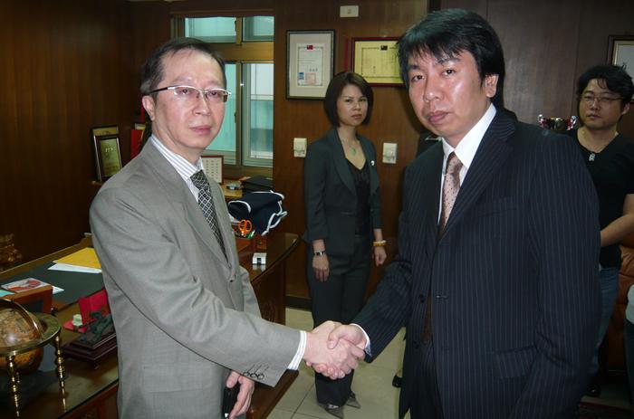 台湾で12支社を持つ最大手の信用調査会社(一統徴信有限公司)副社長の沈錦新氏(左)