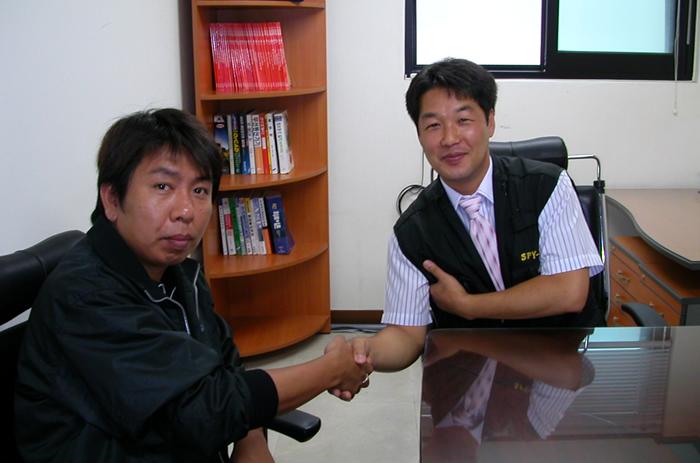 韓国政府から認可を受けている盗聴器発見業者(スパイゾーン)のイ・ウォノップ氏(右)